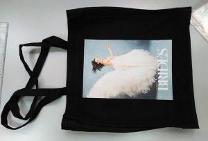 กระเป๋าตัวอย่างสีดำจากลูกค้าในสหราชอาณาจักรถูกพิมพ์โดยเครื่องพิมพ์สิ่งทอ dtg